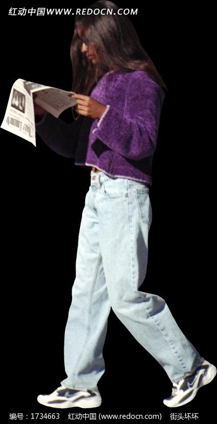 走路看报纸的男性图片