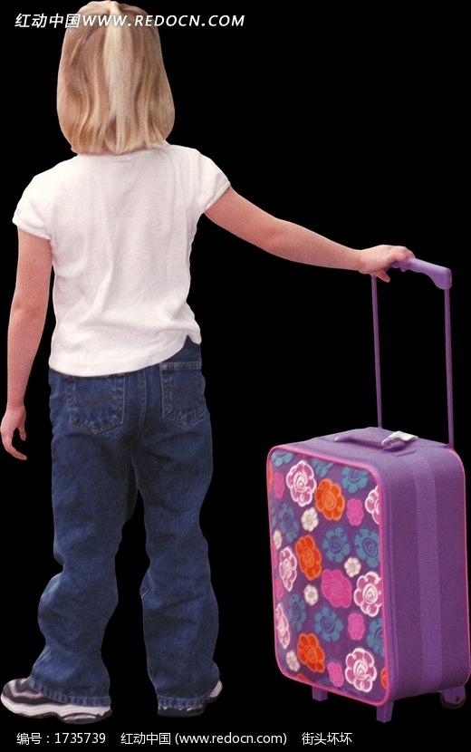 手握紫色行李箱的儿童背影