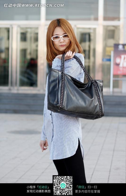 美女图片 背着/在街上背着包包的美女图片