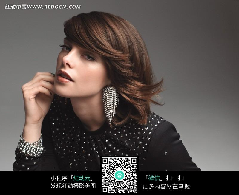 优雅的外国短发美女图片
