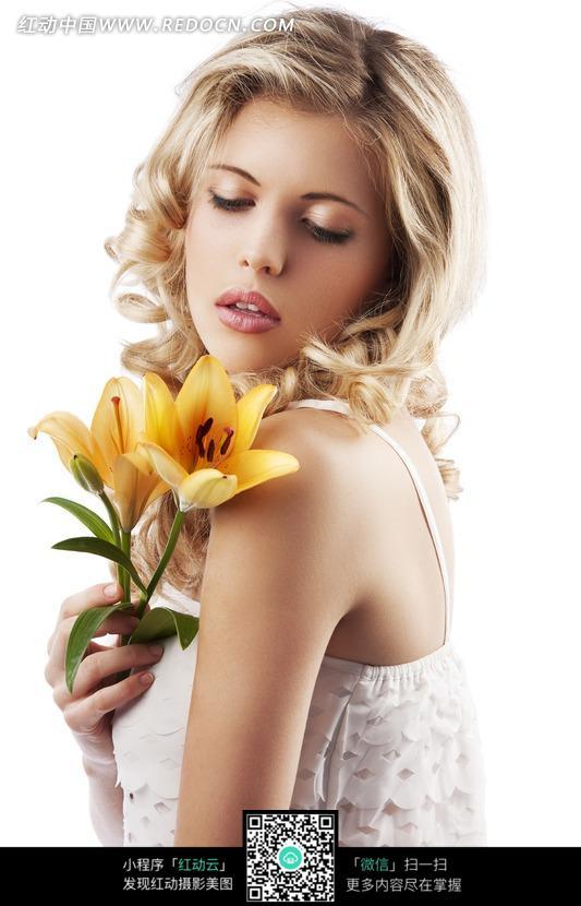 手拿百合的金发美女图片
