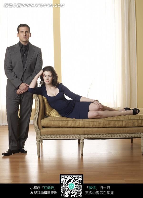 躺在沙发上的外国美女和站在身边的外国男人图片