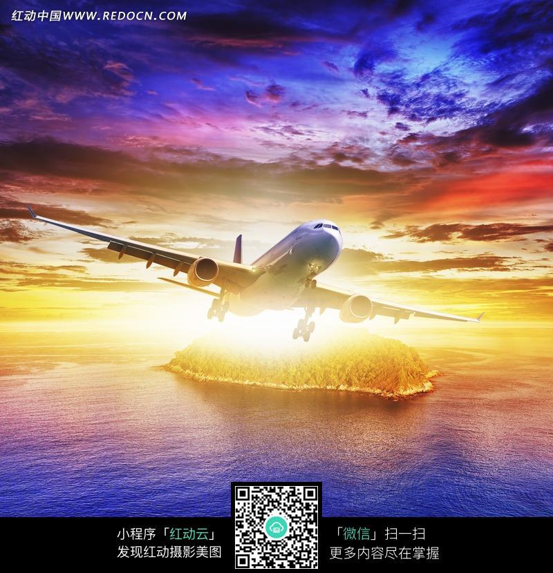 晚霞下飞行的飞机图片