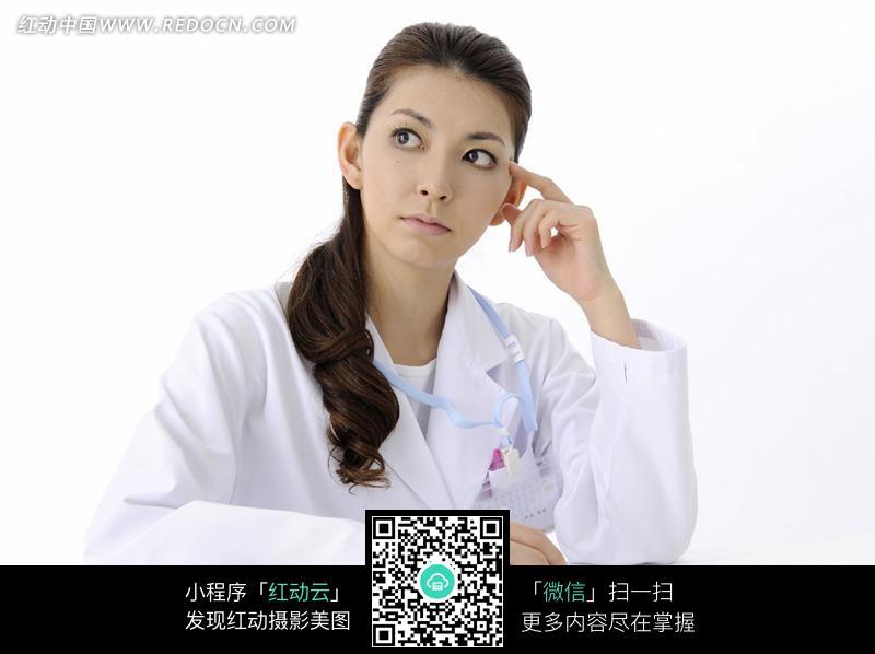 漂亮女护士在桌前思考问题图片