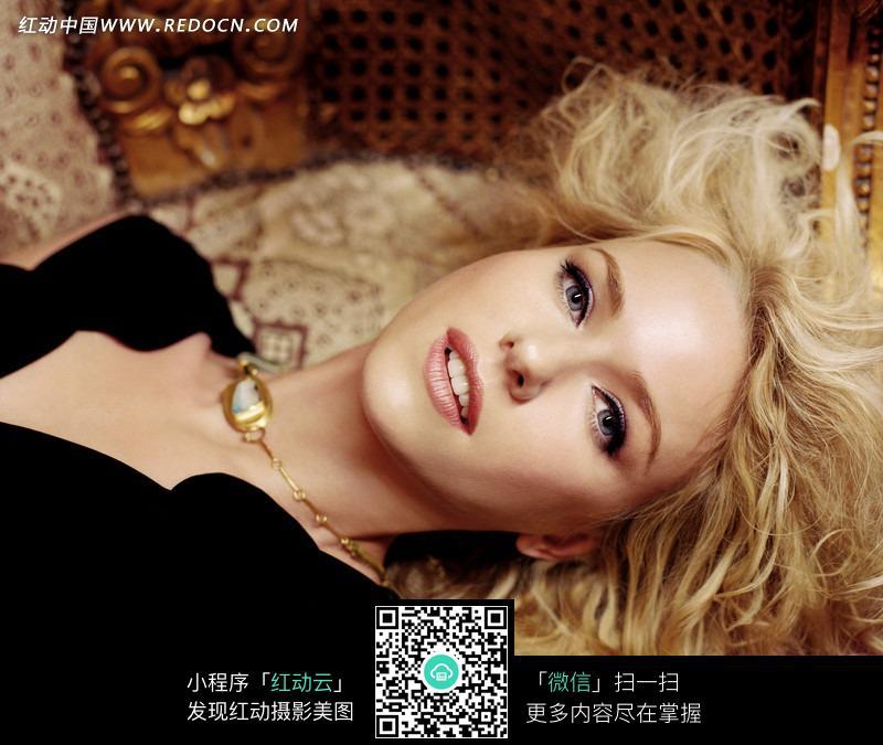 躺在沙发上的外国美女图片