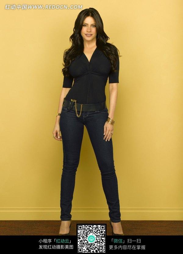穿牛仔裤站在墙边的外国美女图片