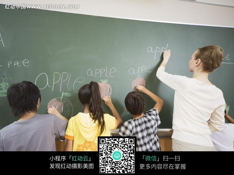 免费素材 图片素材 人物图片 儿童幼儿 学生与老师一起在黑板上写字