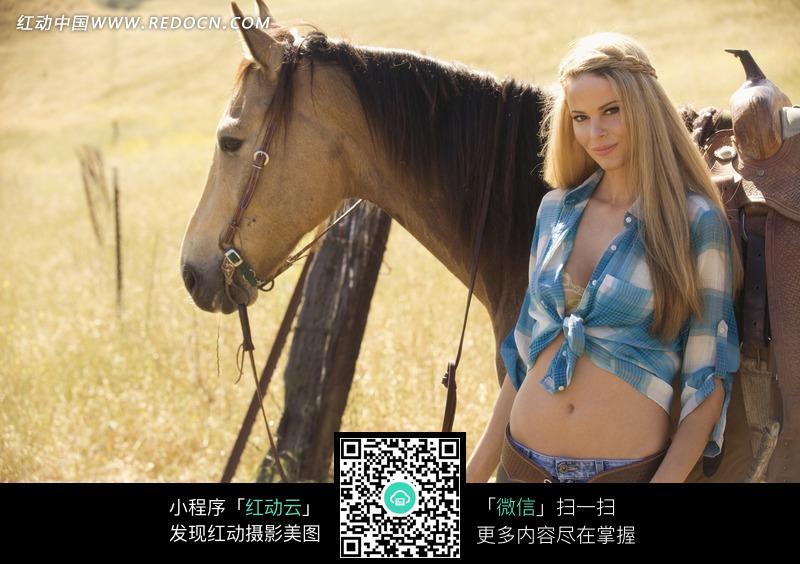 牵着马的外国美女图片