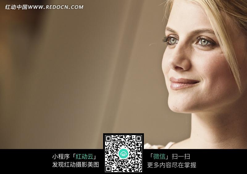 侧脸微笑的外国美女图片