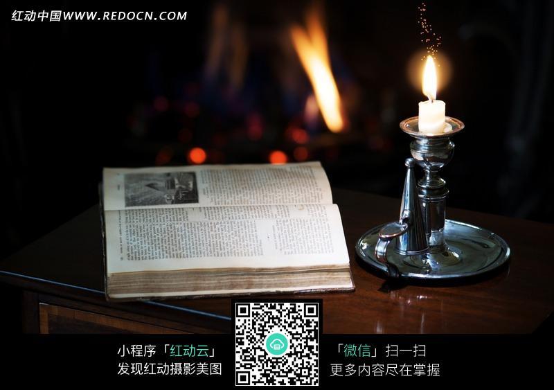 桌面上的蜡烛与书本图片
