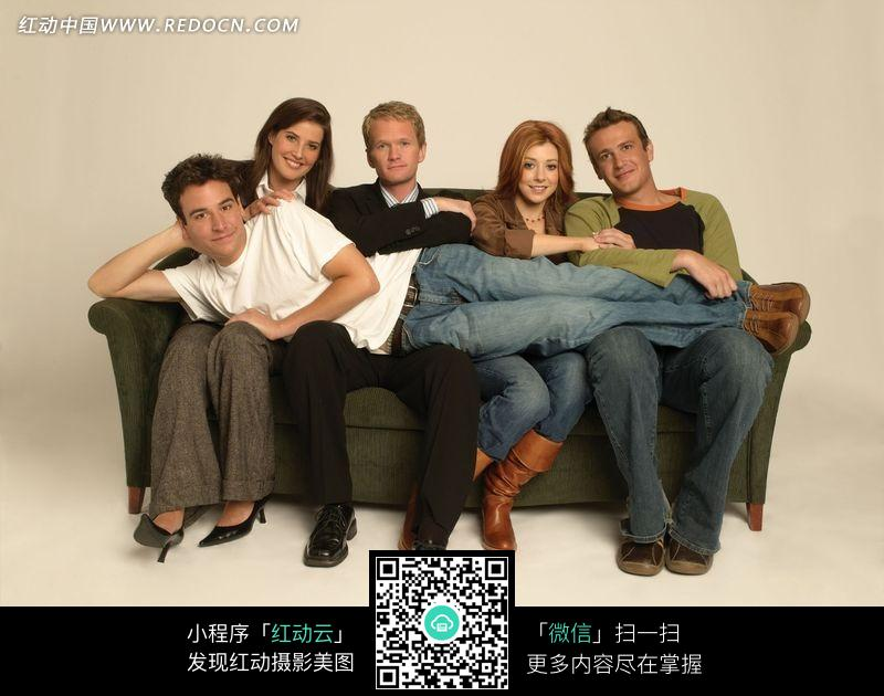 沙发上的外国一家人