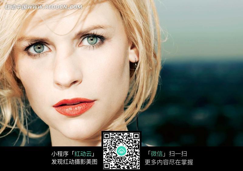 轮廓清晰的外国金发美女图片