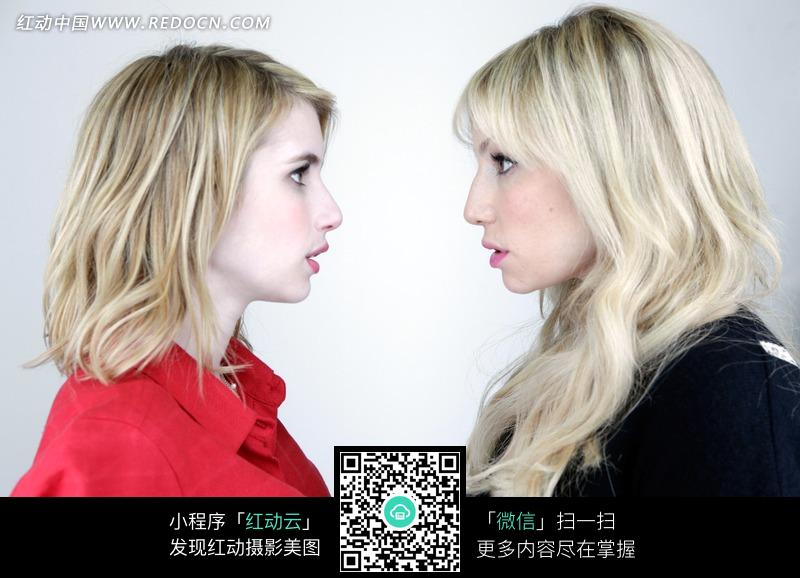 对视的外国两位美女图片