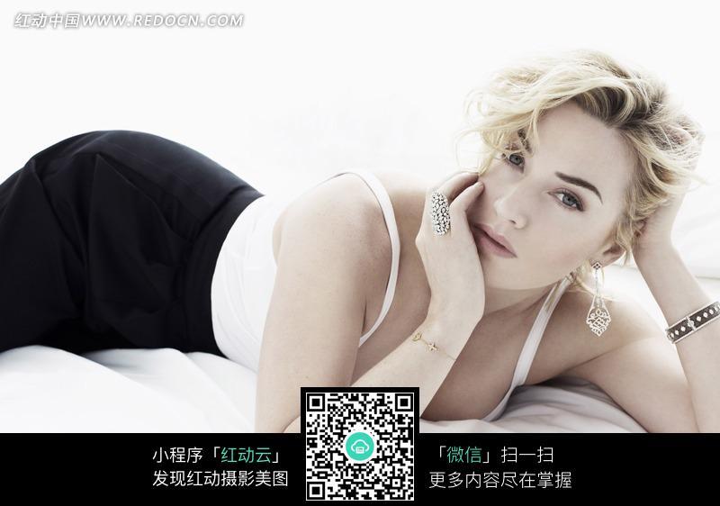 趴在床上的外国性感美女图片