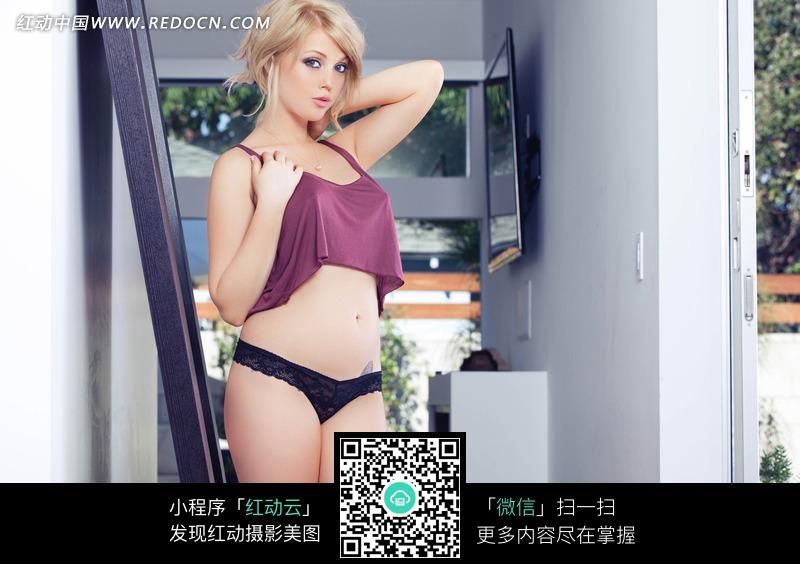 穿紫衫黑内裤的外国美女图片