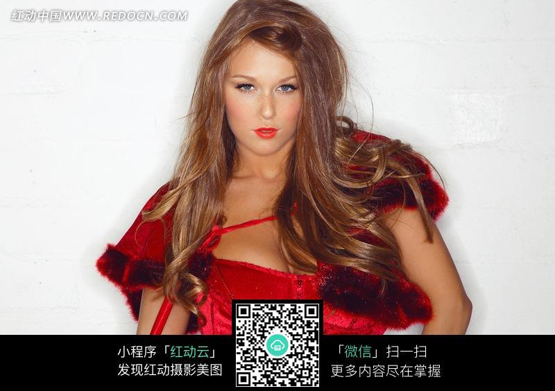 长发红裙的外国美女图片