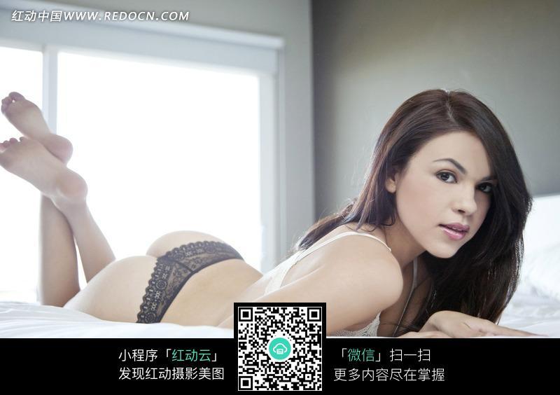 趴在床上翘腿的外国内衣美女图片