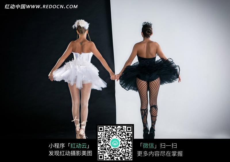 手牵手的外国芭蕾美女背影图片