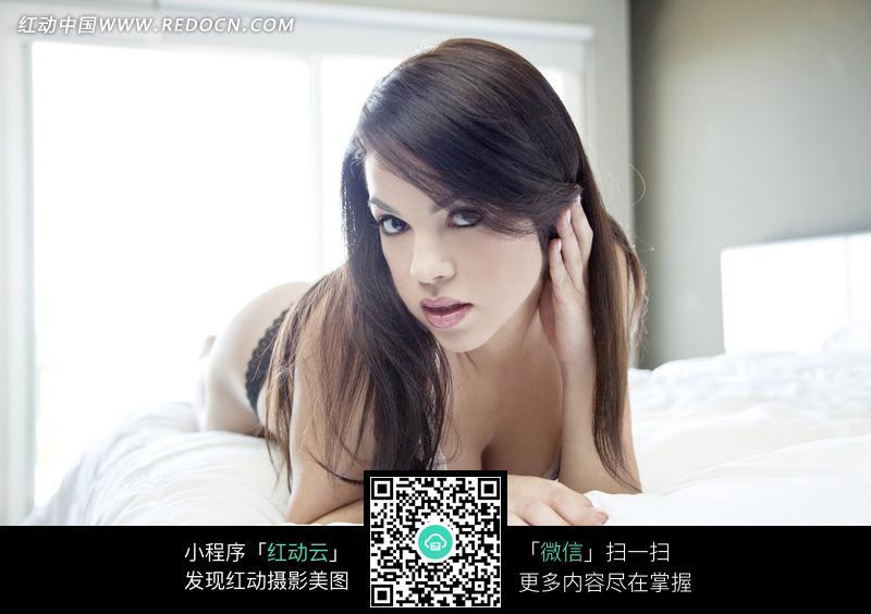 趴在床上放电的外国内衣美女图片