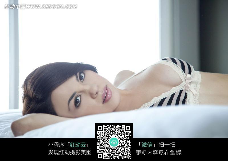 躺在床上的外国内衣美女图片