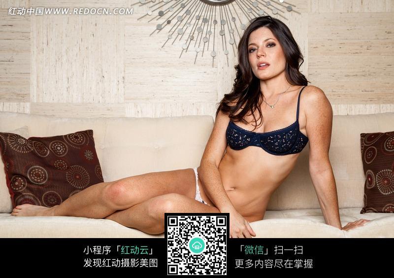 坐在沙发上的外国内衣美女图片