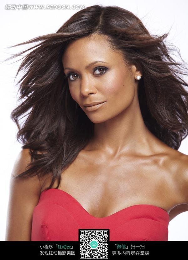 穿红礼服的外国黑人美女图片
