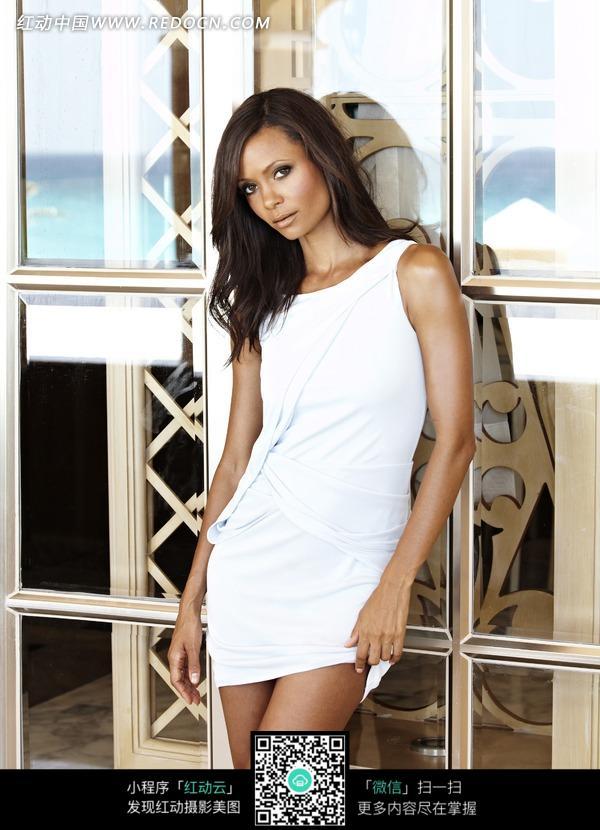 穿白色短裙的外国黑人美女图片