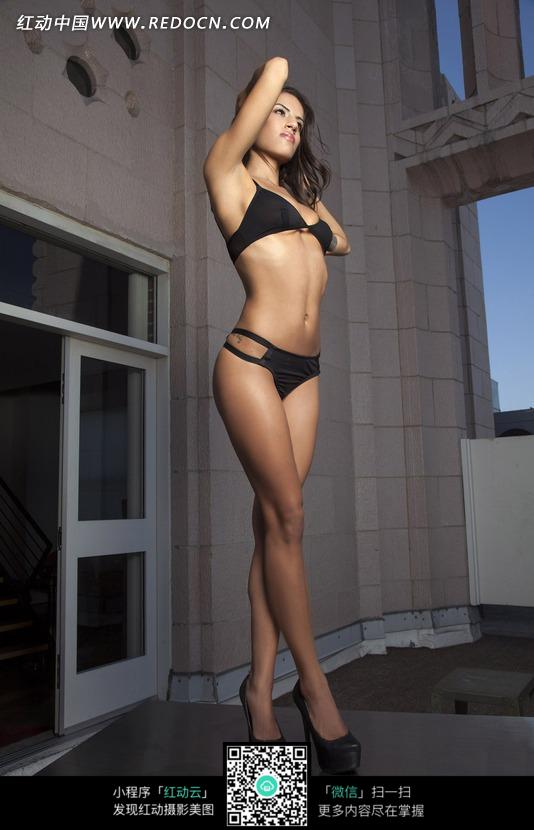 交叉腿站着的外国内衣美女图片