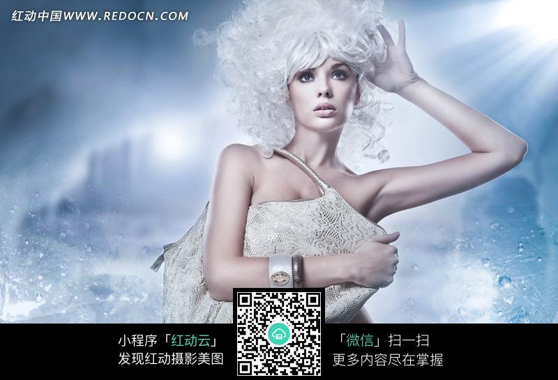 挎包的时尚白发美女图片_女性女人图片