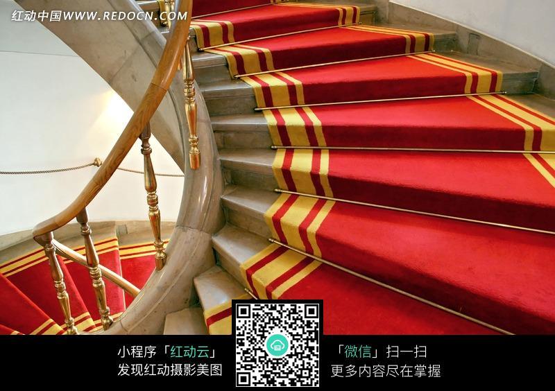 铺红地毯的楼梯图片_室内设计图片