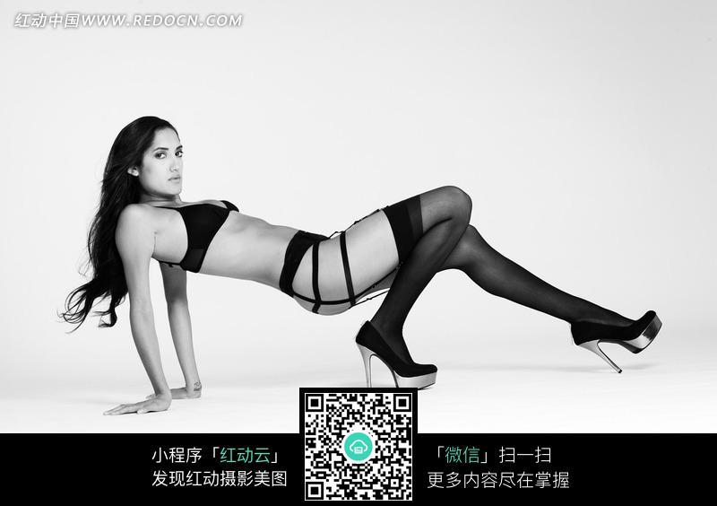 免费素材 图片素材 人物图片 女性女人 > 双手撑地悬着身体躺着的外国