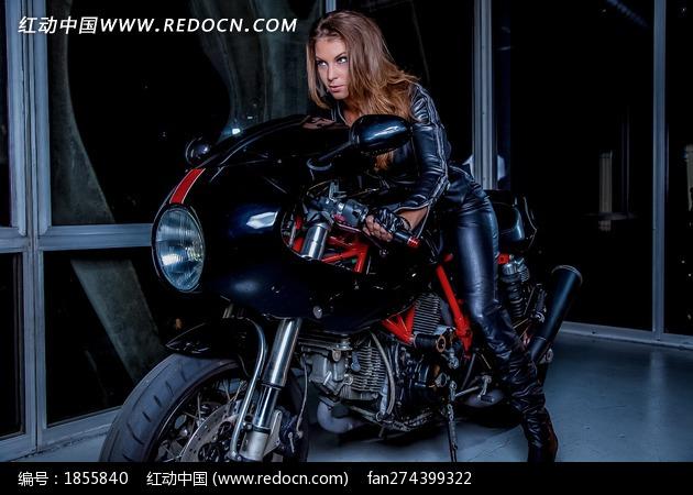 骑在摩托车上的外国美女图片