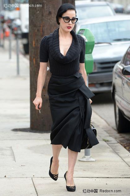 穿黑以长裙的素颜蒂塔·万·提斯图片