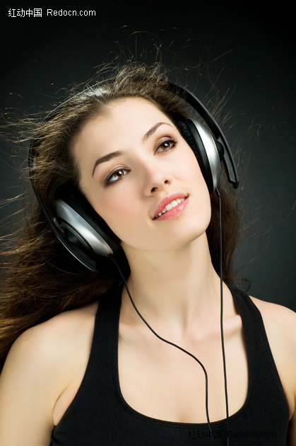 带耳机听音乐的长发美女素材图片图片