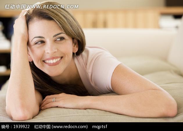 趴在沙发上的外国美女图片