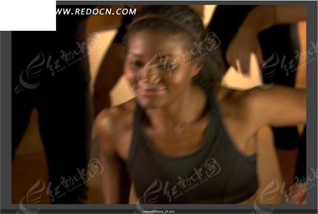 运动视频 拍手左右摆动身体健美的外国黑人女性视频