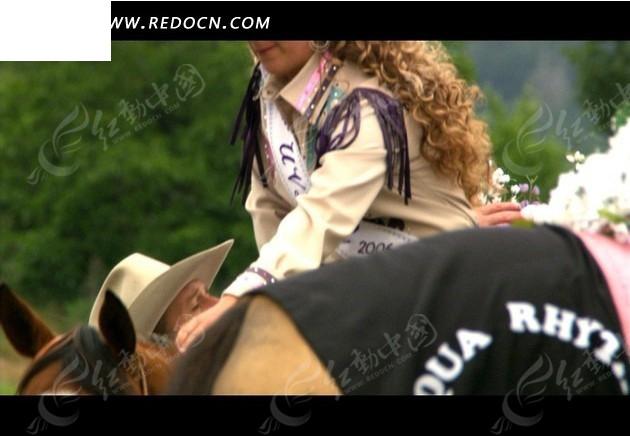 骑马视频―马背上的花束和外国美女视频素材