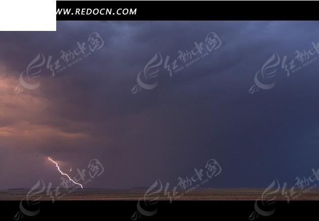 手机 闪电/自然天象短片郊外乌云密布的云空中的打雷闪电