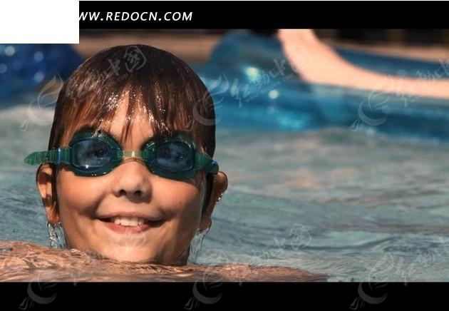游泳的外国小男孩视频素材