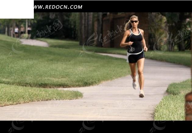 公园跑步的外国美女视频素材