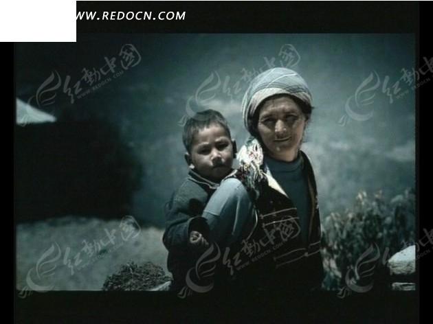 奶奶和孙子xinjiao_背着孙子的少数民族奶奶