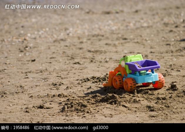 海滩的小孩塑料玩具图片