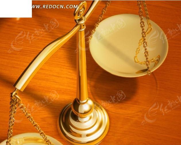 法律视频 桌面金色的天平和背后的法槌
