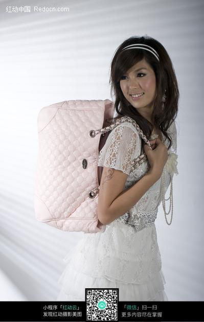 人物/背着粉色包包的长发美女