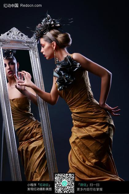穿礼服照镜子的外国女人图片