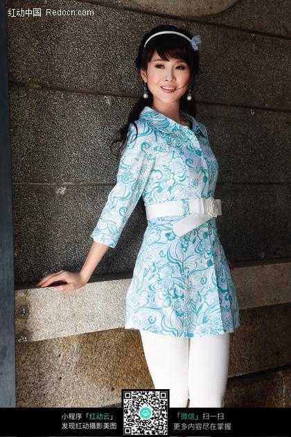穿蓝色碎花衬衫的长发美女图片