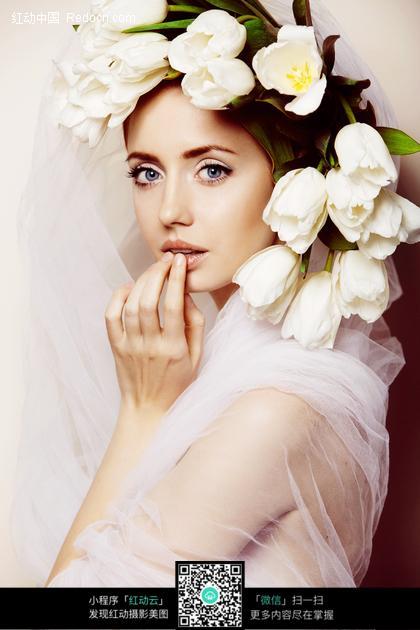 头戴鲜花手放在唇过的外国美女图片
