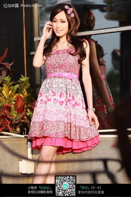 穿着粉红小碎花裙子的长发美女图片