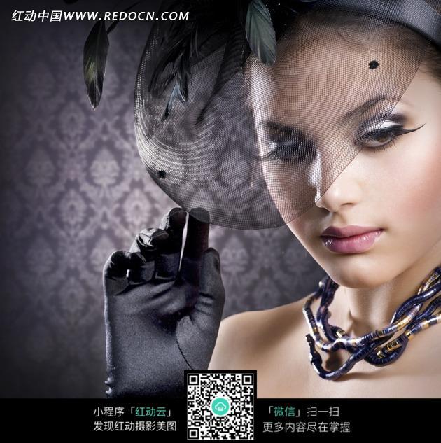 戴着金属项链和黑色手套的外国美女图片