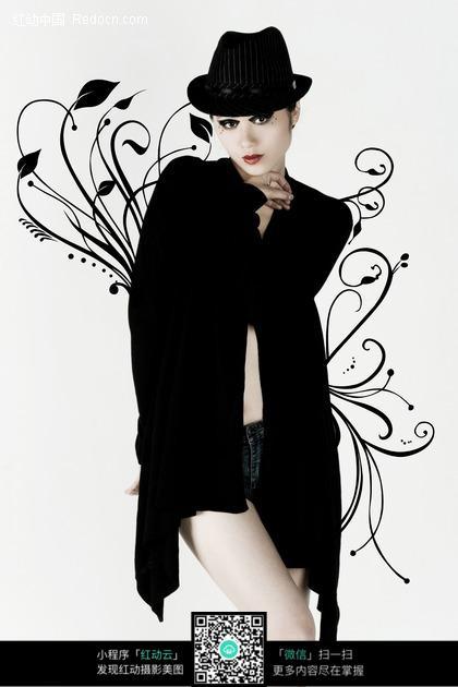 优美花纹前穿着黑色帽子和衣服的性感美女图片